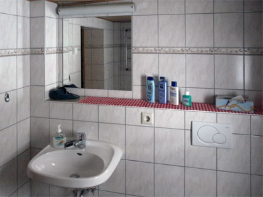 Waschbecken mit Ablagefläche