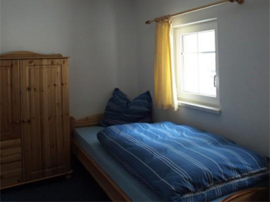 Einzelbett im Schlafzimmer 2